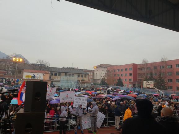 Transparenti na Cecinom koncertu u Kosovskoj Mitrovici