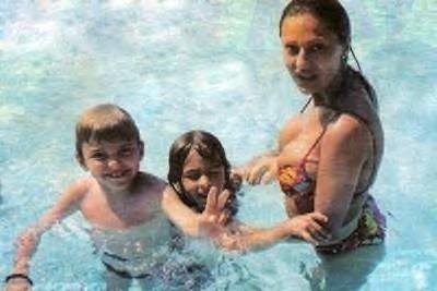 Ceca i porodica u bazenu