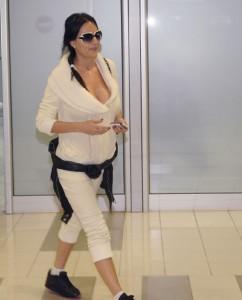 Ceca na aerodromu u Beogradu, posle turneje po Australiji