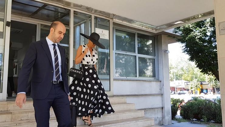 JELENA BEZ REČI NAPUSTILA SUD Karleuša se krila ispod šešira, zakazano novo suđenje (VIDEO)