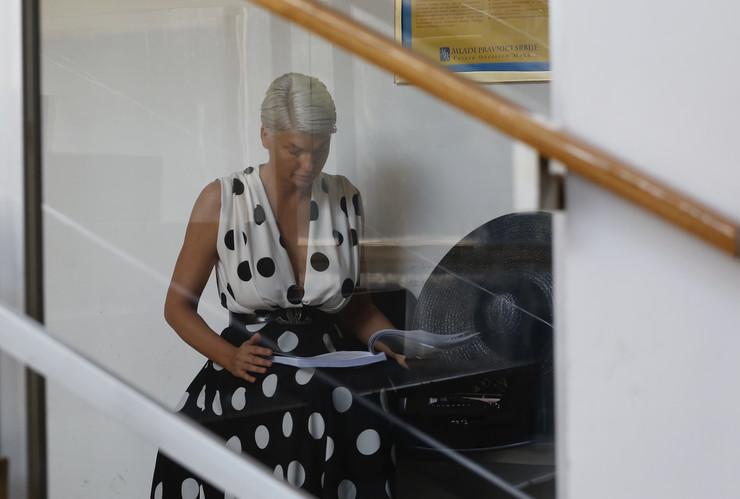 NADUVENIH OČIJU Jelena Karleuša nervozna ispred sudnice, imala jedan ZAHTEV ZA POLICAJCA