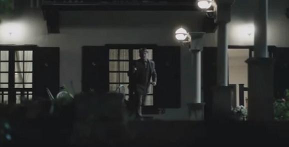 Dragan Bjelogrlić ispred kuće u