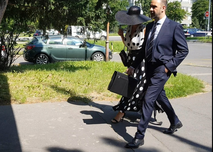 VELIKI ŠEŠIR I JOŠ VEĆI DEKOLTE Jelena Karleuša se ovakva pojavila na suđenju sa Cecom (VIDEO)